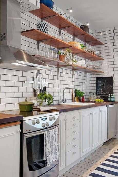 44. Prateleira de madeira para cozinha toda branca – Foto: Pinterest
