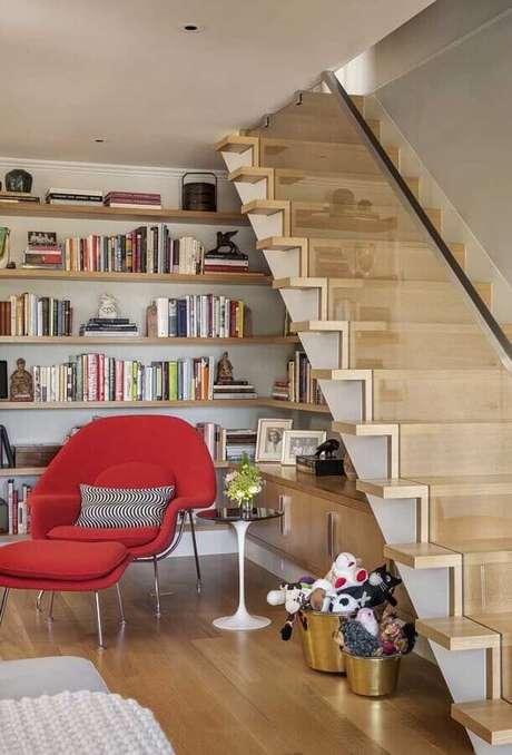 46. Prateleira de madeira para livros embaixo da escada – Foto: Pinterest