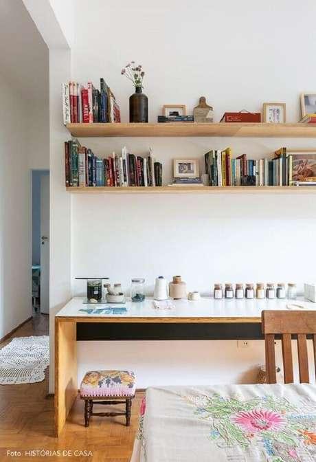 47. Decoração simples com prateleira de madeira para livros – Foto: Pinterest