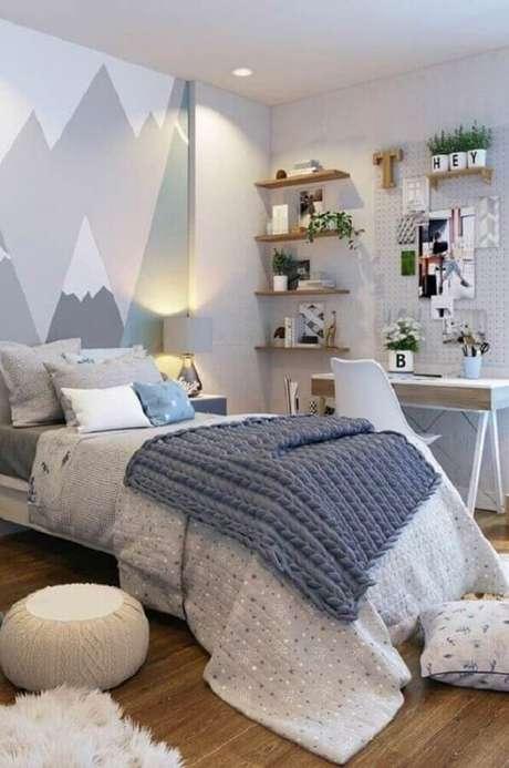 48. Decoração moderna com prateleira de madeira para quarto cinza com adesivo de montanhas na parede – Foto: Pinterest