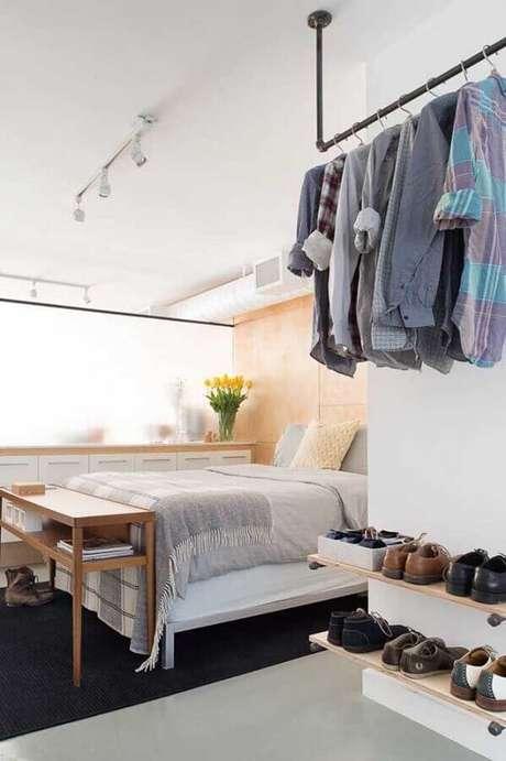49. A prateleira de madeira para quarto pode ajudar na organização de sapatos – Foto: Barbara J. Waters
