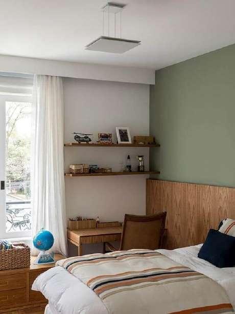 52. Prateleira de madeira para quarto de casal – Foto: Casa de Valentina