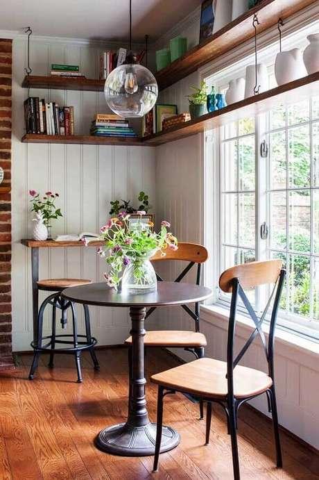 53. Prateleira de madeira para sala de jantar com pequena mesa redonda – Foto: Melissa Mathe Interior Design