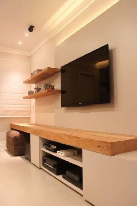54. Decoração em tons neutros com prateleira de madeira para sala de estar – Foto: Wohndesign Ideen