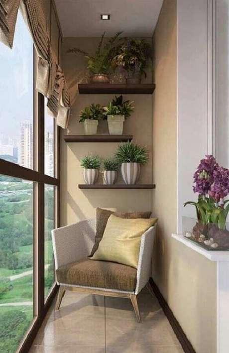 56. Decoração com prateleira de madeira para varanda pequena – Foto: Decoração de Casa