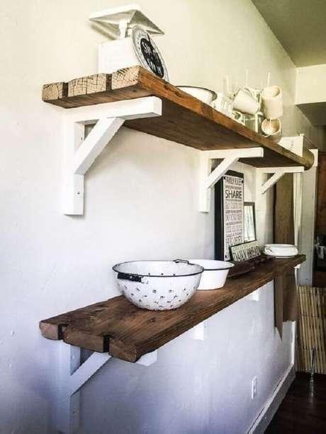 59. Decoração com prateleira de madeira rústica com suporte branco – Foto: Pinosy