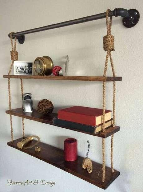 62. Suporte para prateleira de madeira feito em corda e cano de PVC – Foto: Ferrero Art S Design