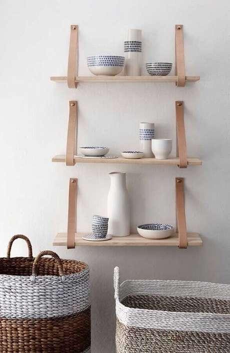 63. Suporte para prateleira de madeira feito com couro – Foto: Handfie