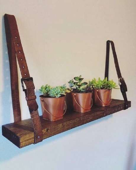 65. O cinto de couro é um ótimo suporte para prateleira de madeira – Foto: STEM Education Caucus