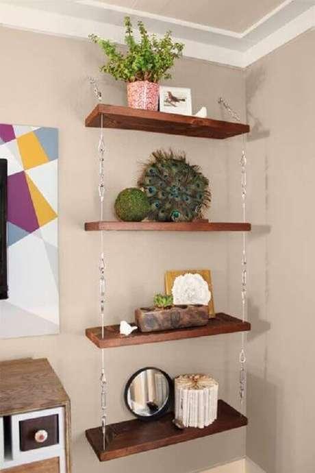 61. Aproveita a prateleira de madeira para apoiar objetos decorativos – Foto: Pinosy