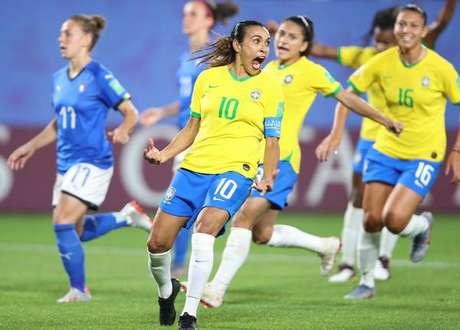 Marta comemora gol de pênalti sobre a Itália