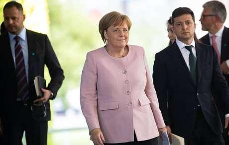 Angela Merkel passa mal durante cerimônia em Berlim