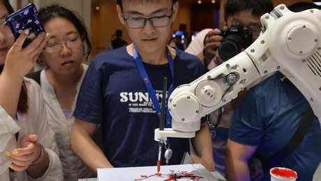 Os robôs têm ficado mais inteligentes e criativos - como este da imagem, capaz de desenhar