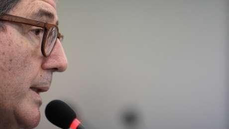 O economista Joaquim Levy pediu demissão da presidência do BNDES após Bolsonaro declarar que sua cabeça estava 'a prêmio'