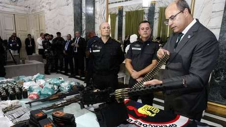 O governador do Rio, Wilson Witzel, com munição apreendida pela polícia