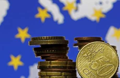 Moedas de euro à frente de bandeira e mapa da UE 28/05/2015 REUTERS/Dado Ruvic