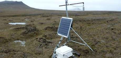 Equipamento movido a energia solar coleta dados no permafrost --solo composto por rocha e terra congelados-- no Ártico canadense em foto tirada em 2016, mas divulgada em 18 de junho de 2019 18/06/2019 Vladimir E. Romanovsky/Divulgação via REUTERS