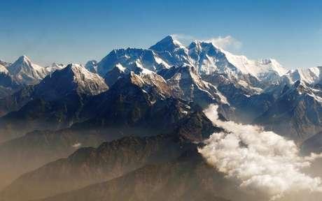 Monte Everest, no centro, no Himalaia 24/04/2010 REUTERS/Tim Chong