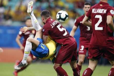Daniel Alves, do Brasil, em lance da partida contra a Venezuela, válida pela 2ª rodada do grupo A da Copa América 2019, realizada na Arena Fonte Nova, em Salvador (BA), nesta terça- feira (18).