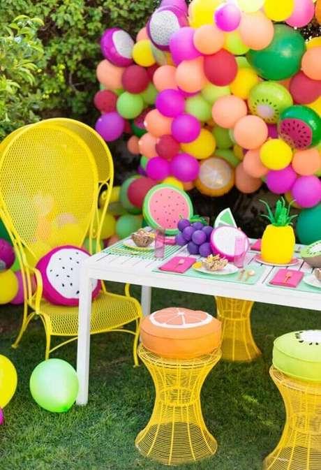10. Arranjo com muitas balões coloridos são presença garantida em toda festa na piscina infantil – Foto: Pinterest