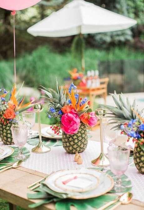 11. Invista em arranjos bem tropicais para decorar as mesas da festa na piscina – Foto: