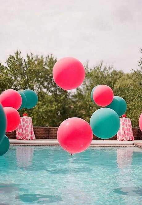 13. Balões compondo a decoração da piscina durante a festa – Foto: Pinosy