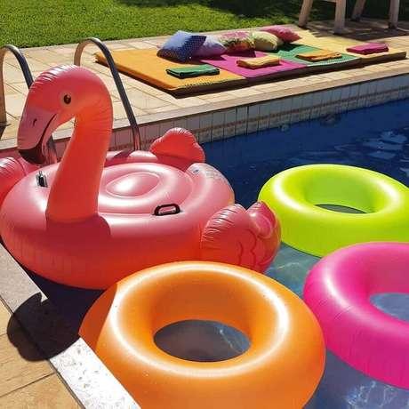 16. Boias são essenciais para na festa na piscina infantil – Foto: Mana Richter