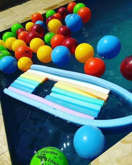 18. Invista em jogos de festa na piscina para deixar a sua comemoração mais divertida – Foto: Apaixonarte's Personalizados