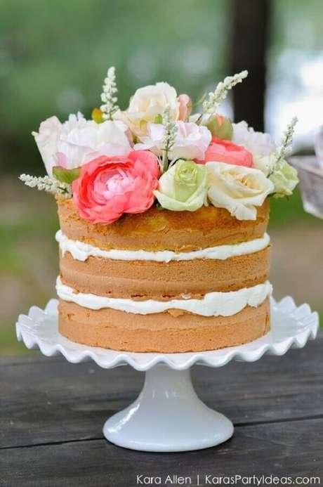 7. Flores também podem compor a decoração do bolo festa na piscina – Foto: Kara Allen