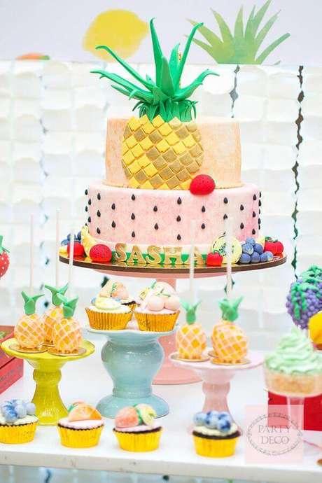 6. Um bolo personalizado é o ponto alto de uma festa na piscina – Foto: Pinterest