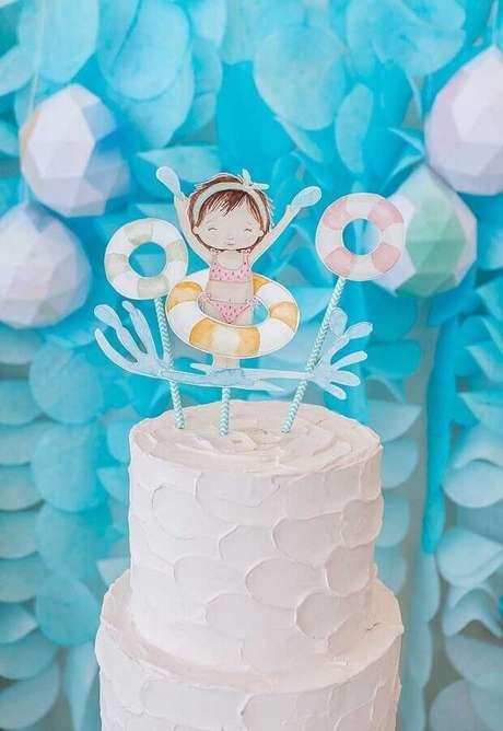 22. Delicado bolo festa na piscina infantil – Foto: Bacuri Festas