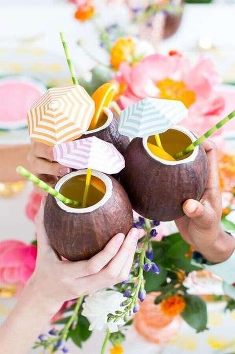 27. Copos em formato de coco para deixar a decoração de festa na piscina mais divertida – Foto: Brit.co