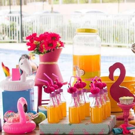 31. Tenha uma mesa especial para servir as bebidas durante a festa na piscina – Foto: Dom Atelier e Festas