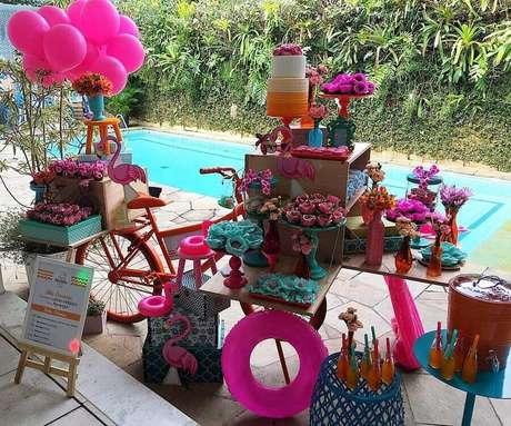 32. Decoração para mesa de bolo festa na piscina – Foto: Letícia Melgaço