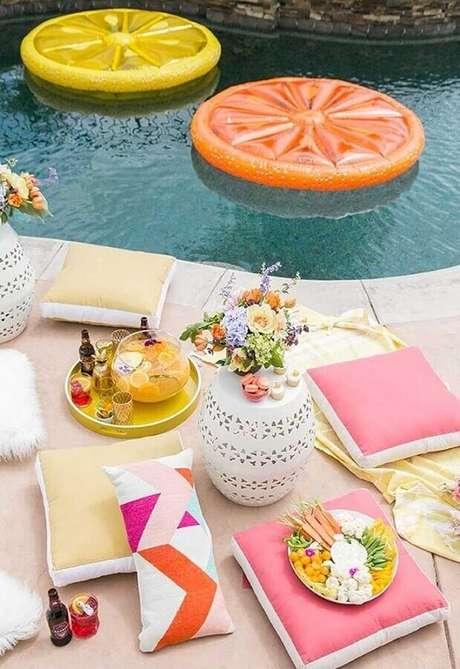 33. Almofadas são ótimas para trazer mais conforto aos convidados na festa na piscina – Foto: Sugar and Charm