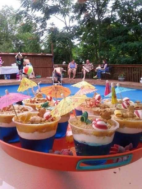 34. Decoração com comidas personalizadas para festa na piscina – Foto: Hasshe