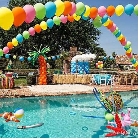 3. Arranjos com bexigas coloridas são garantia de uma linda e divertida decoração de festa na piscina – Foto: Etsy