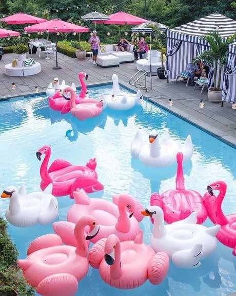 1. Decoração de festa na piscina com boias de flamingos – Foto: Pinosy