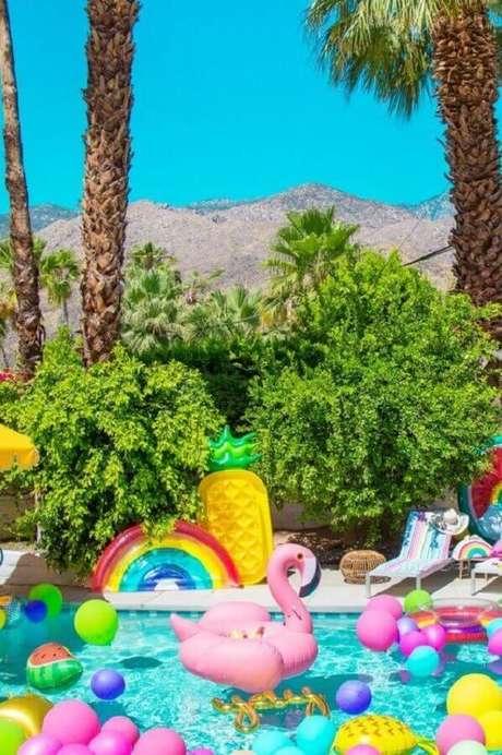 4. Decoração alegre e divertida com bóias e balões para festa na piscina – Foto: Archzine
