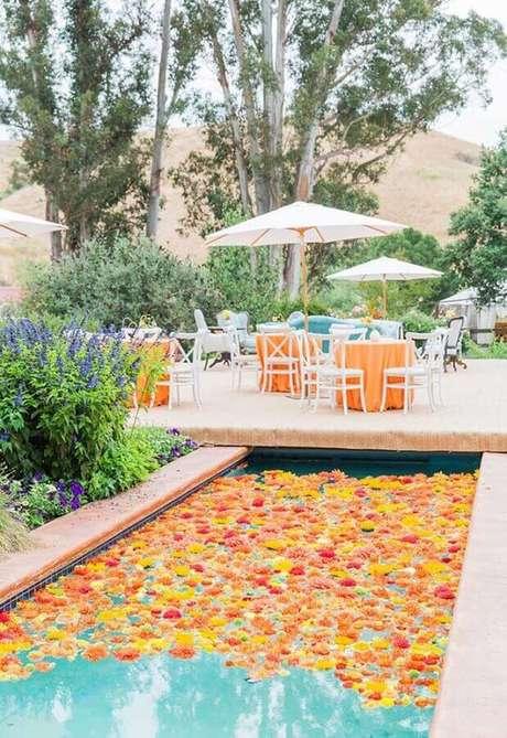 37. Linda decoração com flores sobre a piscina – Foto: Ideias Decor