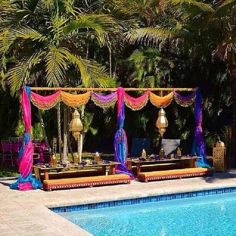 39. Ideia de decoração de festa na piscina com tecidos coloridos – Foto: Christina Figueroa Manso