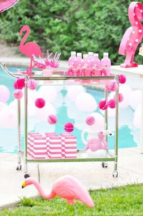 40. Carrinho de bebidas decorado com flamingos para festa na piscina – Foto: Pool Party Invitation