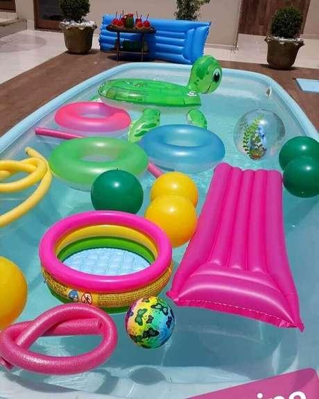 41. Boias para jogos de festa na piscina – Foto: Fábrica de Sonhos Festas