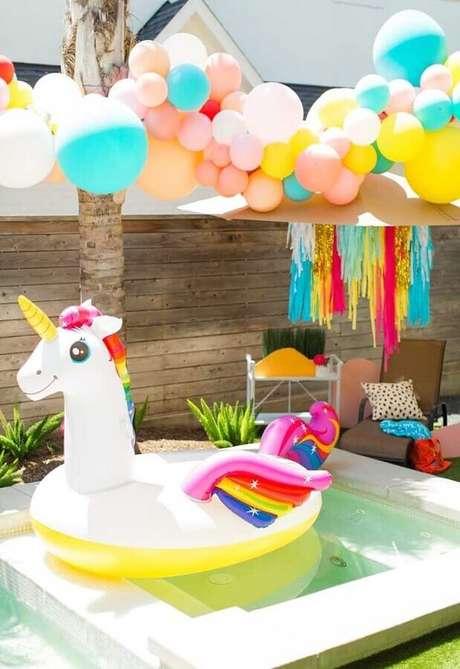 43. Decoração com balões e boias para festa na piscina infantil – Foto: Sugar & Cloth