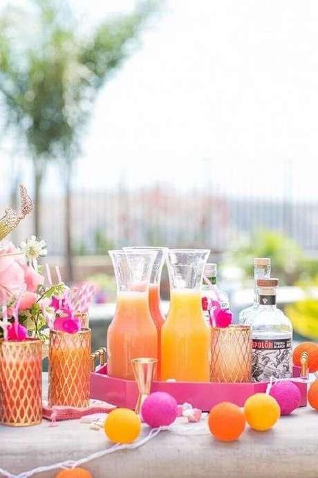 46. Bebidas leves, coloridas e refrescantes para acompanhar as comidas para festa na piscina – Foto: Vintage Industrial Style