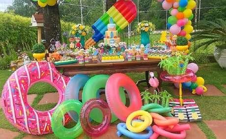 47. As boias também podem ser usadas para decorar a mesa do bolo festa na piscina – Foto: Filhos, Trabalho e Amor