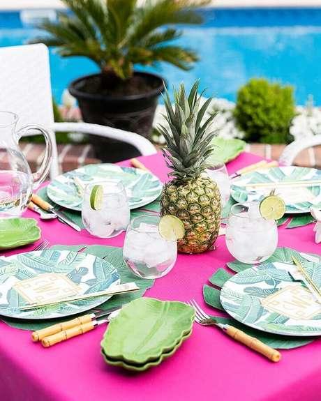 48. Linda mesa decorada para comemorar em festa na piscina – Foto: Pizzazzerie