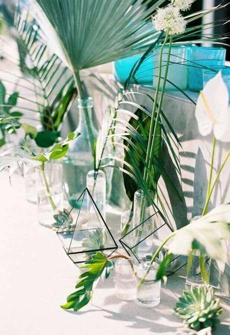 49. Decoração minimalista com folhagens para festa na piscina – Foto: Pinterest