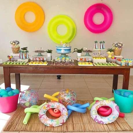 51. Decoração simples para mesa de bolo festa na piscina – Foto: Thais Amorim