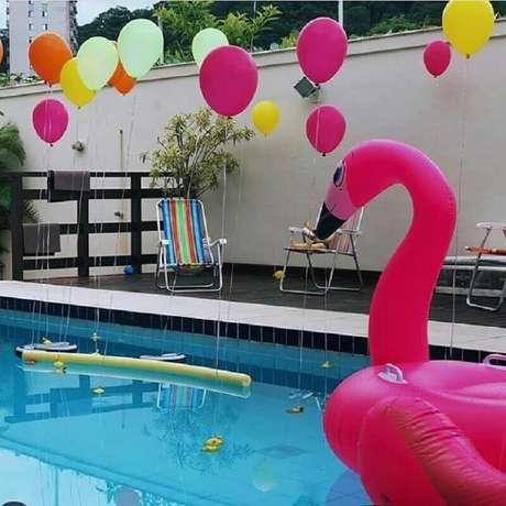 52. Decoração com balões coloridos e boia de flamingo para festa na piscina infantil – Foto: Show Balões Decorações